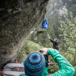Gefunden: an überhängenden Bouldern können ambitionierte anpacken und andere fotografieren.